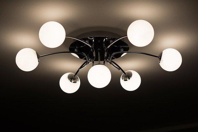 Comment fixer un lustre sur un plafond tendu?