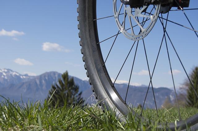 Comment faire pour changer un rayon d'une roue de vélo?