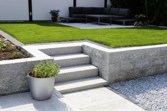 Les escaliers en granit ont la côte